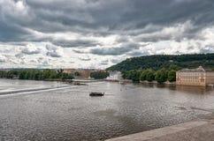 för republiktown för cesky tjeckisk krumlov medeltida gammal sikt Sikt av den Vltava floden i Prague Juni 13, 2016 Royaltyfri Fotografi