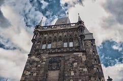 för republiktown för cesky tjeckisk krumlov medeltida gammal sikt Torn av Charles Bridge i Prague Juni 13, 2016 Royaltyfri Bild
