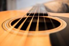 För resonatorhål för akustisk gitarr abstrakt begrepp royaltyfri fotografi