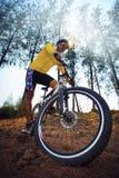 För ridningmountainbike för ung man mtb i djungelspårbruk för sport Arkivfoto