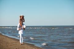för ridtur på axlarnaritt för par lycklig kust för hav Arkivfoto