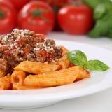 För Rigatoni för italiensk kokkonstpenne pasta mea för nudlar Bolognese sås Royaltyfri Bild