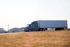 För riggsida för modern elegant kraftig halv lastbil stor sikt Royaltyfri Bild