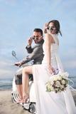för rittsparkcykel för par bara att gifta sig white Arkivfoton