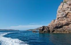 för rockshav för dag solig medelhavs- sommar för sky för seascape Royaltyfri Fotografi