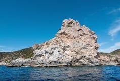 för rockshav för dag solig medelhavs- sommar för sky för seascape Arkivbild