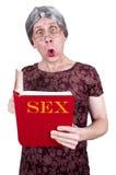 för rolig mogen hög ful kvinna shocköverrrakning för bok Arkivbild