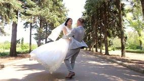 För romantiker för gift pardans nyligen vals i parkera på deras bröllopdag lager videofilmer