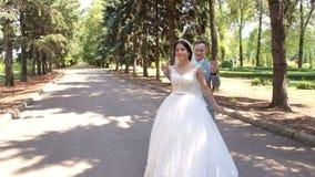 För romantiker för gift pardans nyligen vals i parkera på deras bröllopdag arkivfilmer