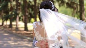 För romantiker för gift pardans nyligen vals i parkera på deras bröllopdag stock video