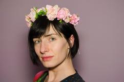 För rosa färgblomma för kvinna bärande krona arkivfoto
