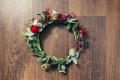 För rosblomma för härligt bröllop röd krona på träbakgrund royaltyfria foton