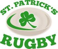 För rugbyboll för St. patricks shamrock Arkivfoton