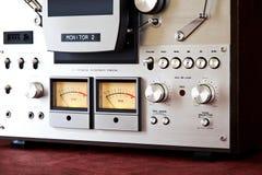 För rullbandspelardäck för parallell stereo öppen meter för VU för registreringsapparat Arkivbild