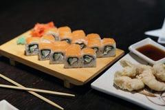för rulllax för mat japan traditionella gjorda sushi rulle Arkivfoto