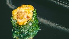 för rulllax för mat japan traditionella gjorda sushi Rulle gjorde av den lax—philadelfiaen, sushi med ukroop royaltyfri foto