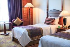 För rumhotell för tvilling- sängar begrepp för design för garnering för inre för möblemang för servicebostad för lägenhet för sem fotografering för bildbyråer