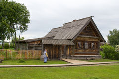för russia för cirkel för domkyrkademetrius guld- vladimir för lopp st Suzdal Sikt av det gamla trähuset Royaltyfria Foton