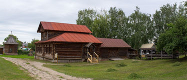 för russia för cirkel för domkyrkademetrius guld- vladimir för lopp st Suzdal Sikt av det gamla trähuset Royaltyfri Foto