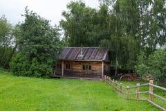 för russia för cirkel för domkyrkademetrius guld- vladimir för lopp st Suzdal Sikt av det gamla trähuset Arkivbilder