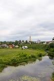 för russia för cirkel för domkyrkademetrius guld- vladimir för lopp st Suzdal Sikt av floden Kamenka och kyrkan arkivbild