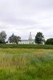 för russia för cirkel för domkyrkademetrius guld- vladimir för lopp st Suzdal Sikt av Kreml på banken av den Kamenka floden arkivbild