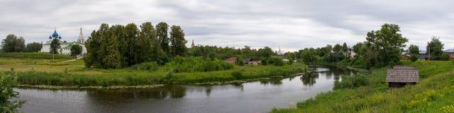 för russia för cirkel för domkyrkademetrius guld- vladimir för lopp st Suzdal Sikt av Kreml på banken av den Kamenka floden arkivfoton