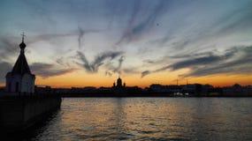 för russia för nevapetersburg flod solnedgång st Royaltyfria Bilder