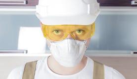 För säkerhetsexponeringsglas för arbetare bärande hjälm för respirator Royaltyfri Bild