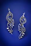 För safirtråd för silver blåa örhängen för sjal Arkivbilder