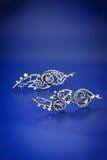 För safirtråd för silver blåa örhängen för sjal Arkivbild