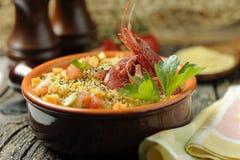 för salladinställning för couscous ljus naturlig utomhus- tabell Royaltyfri Fotografi