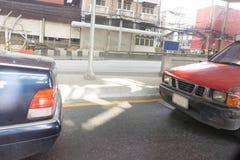 För sammanstötningsbil för två bil nästan olycka i gatatrafiksikt och arkivfoto