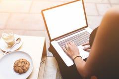 För sammanträdeframdel för kvinnlig person dator för bärbar dator öppen med mellanrumsåtlöje upp den tomma skärmen för ditt textm Royaltyfri Fotografi
