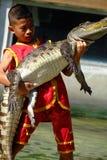 ` FÖR ` SAMUTPRAKARN, THAILAND - 25 DECEMBER 2016: Det är krokodilshowen på lantgården på 25 December 2016 i Samutprakarn, Thaila royaltyfria bilder