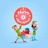 För Santa Helper Hold New Year för tecken för tecknad film för julälvagrupp ask för gåva för boll garnering stock illustrationer