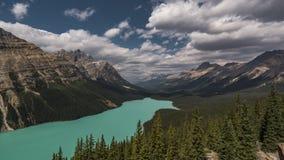 för schackningsperiodfilmen för 4K Tid fördunklar den videopd filmen Timelapse flyttning över Peyto sjön i Banff Nationalpark Alb stock video