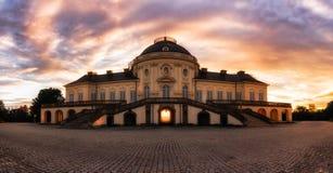 För Schloss för ensamhet för panorama för unik soluppgångsikt yttre Stuttgart slott Tyskland Royaltyfri Foto