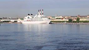För Seabourn för kryssningeyeliner` ` sökande på den Neva floden lager videofilmer