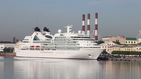 För Seabourn för kryssningfartyg` ` sökande på den Neva floden lager videofilmer