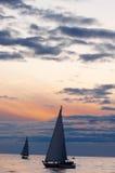 för segelbåtsolnedgång för höst lugnat väder Royaltyfri Fotografi