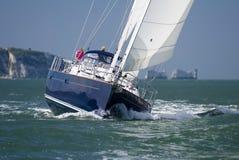 För seglingyacht för millivolt lynnig ö av wighten Royaltyfri Fotografi