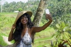 För selfiestående för ung attraktiv lycklig afro amerikansk svart kvinna turist- tagande foto med mobiltelefonkameran arkivbilder