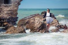 för semesterkvinna för strand härligt tyckande om barn Royaltyfria Foton