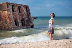 för semesterkvinna för strand härligt tyckande om barn Royaltyfri Bild