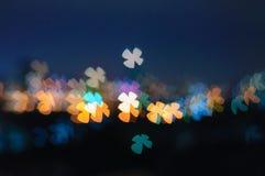 För Shape för Bokeh fyra sidaväxt av släktet Trifolium bakgrund för ljus natt Arkivbild
