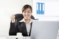 För showframgång för kvinnlig executive göra en gest Arkivbild