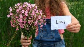 För showord för ung kvinna blommor för förälskelse och för rosa färger