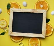 För sidakuben för det svarta brädet beskjuter det orange havet för is på den citrusa modellen Arkivfoto