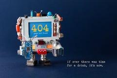 För sidamall för fel 404 website Faktotumrobotdatoren, färgrika kondensatorer, går runt den ljusa kulan i händer varning Royaltyfria Foton